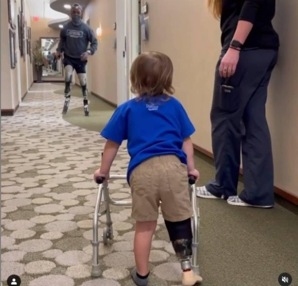 義足を付けて最初の一歩を踏み出す男の子