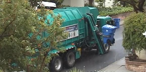 ゴミが多くてやってらんねーよ!ゴミ収集車の反乱