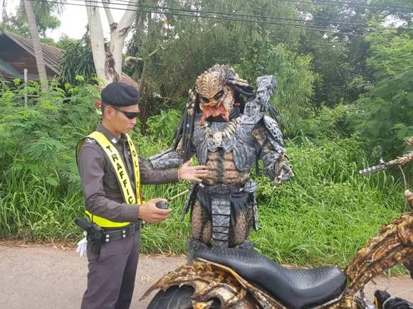 プレデターも警察に職質を受ける。タイの完璧すぎるプレデター、改造バイクで警察に止められる事案