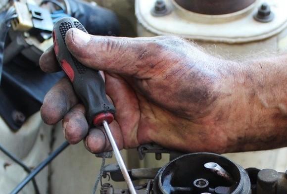 修理していた車のメモ書きから初心にかえった整備士の物語