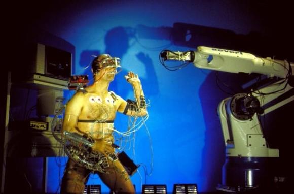 肛門でロボットを操縦するとかいう仰天パフォーマンス(閲覧注意)