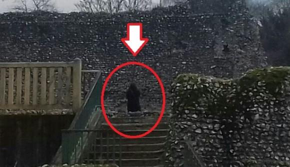その姿、シスの暗黒卿のごとし。古城で写真を撮ったら黒マントの奇妙な人物が写っていたので専門家が調査に乗り出した結果(イギリス)