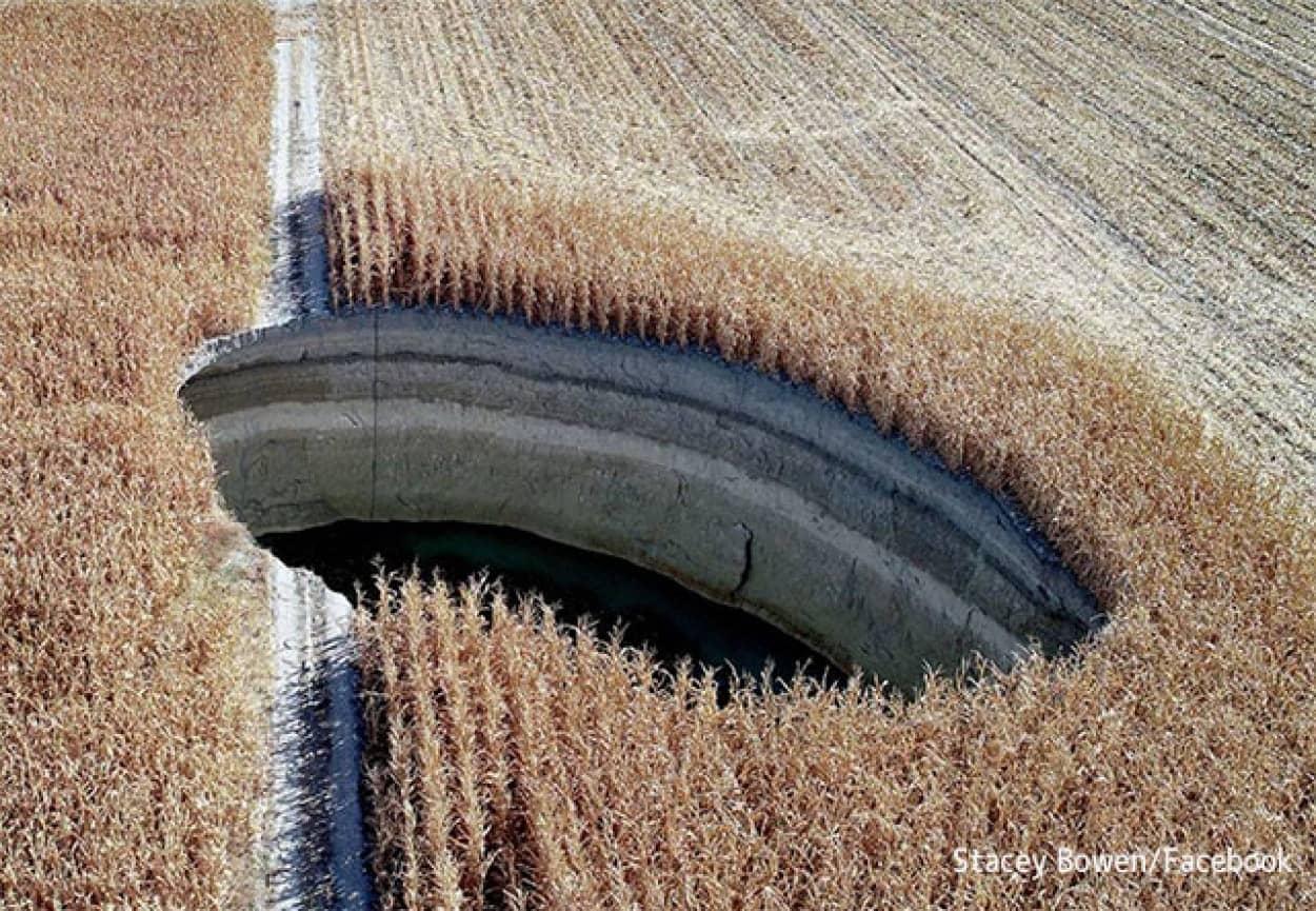 農地に陥没穴が次々と出現するミステリー