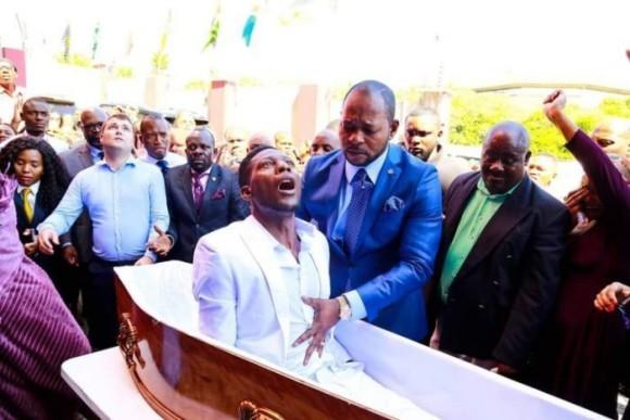 死んだ男性が生き返った!?お棺から死者の復活を演出する牧師(南アフリカ)