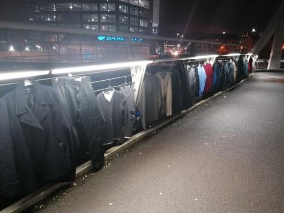 橋の手すりを覆い尽くす衣類。ホームレスを厳しい冬から守るために地域住民が持ち寄って支援(スコットランド)