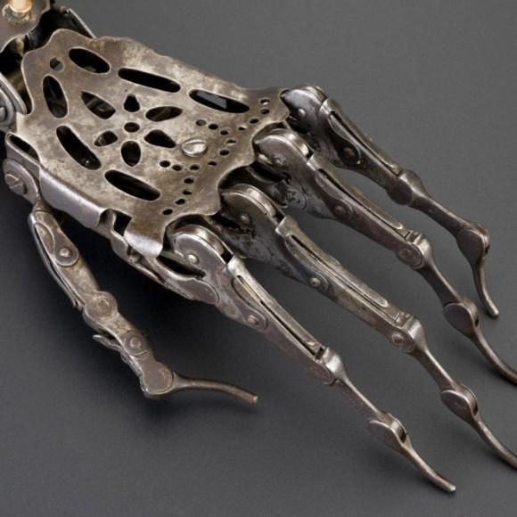 スチームパンク的デザインがクール。100年以上前に実際に使用されていた義手