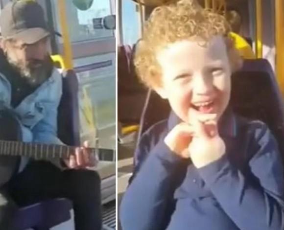 自閉症の男の子に歌のプレゼントをした大道芸人