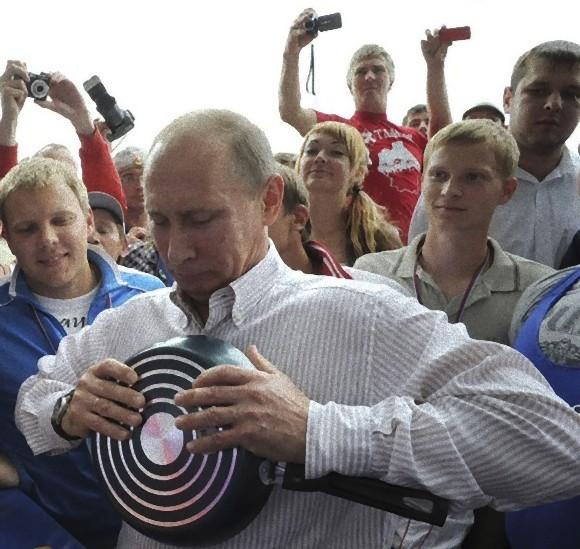 フライパンを曲げようとするプーチン大統領