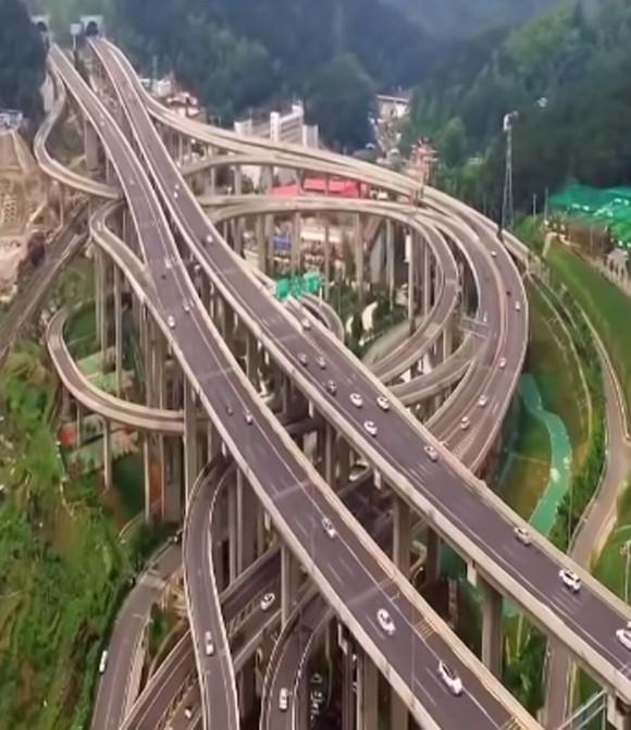 これどんなローラーコースター?5層の高速道路が重なりあって8方向に向かう中国の巨大インターチェンジがすごい
