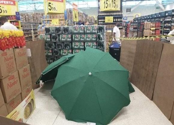 倒れた従業員を傘で隠して営業を続けたブラジルのスーパー