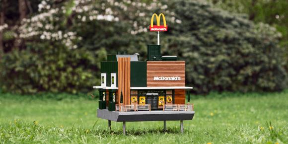 世界最小のマクドナルドがスウェーデンにオープン!顧客はなんとミツバチたち!(※ミツバチ出演中)