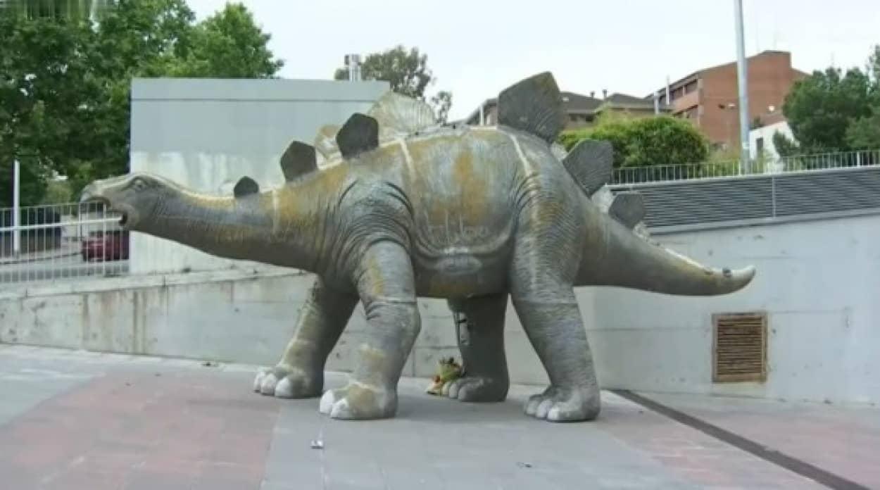 恐竜の中に男性の遺体を発見