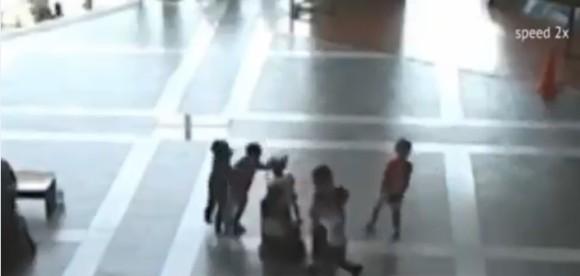 ショッピングモールでパトロール中のロボットをいじめる子供たちを観察