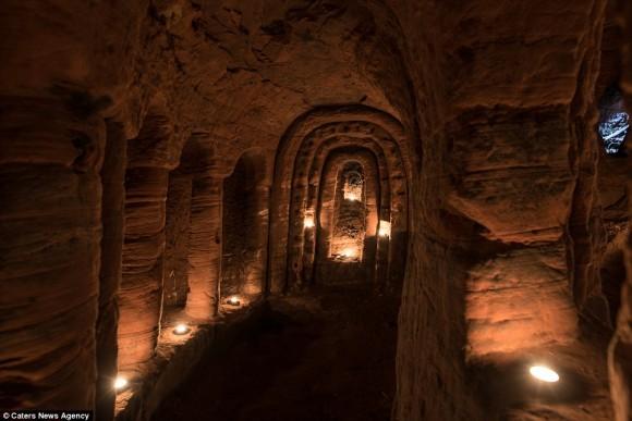 ウサギの巣穴ほどの小さな穴の奥には・・・テンプル騎士団の驚くべき秘密の地下洞窟