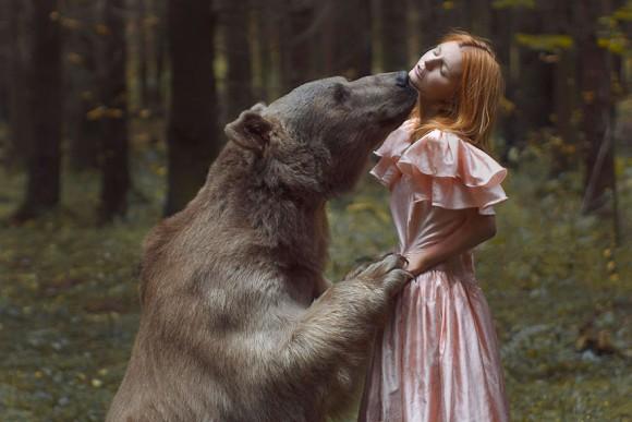 究極のリアリティーを演出する為、本物の動物を使用して撮影された「ロシア、神秘の森の美少女」ポートレート