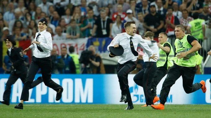 ワールドカップ決勝戦に乱入した4人の正体は「プッシー・ライオット」一体どういう奴らなのか?