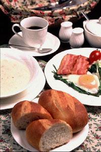 焼き立てパンの朝食