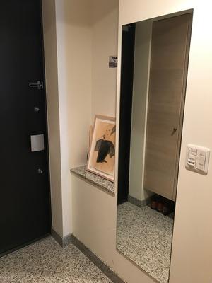 玄関に鏡を取り付けました