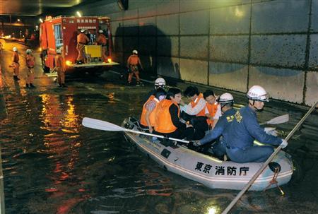 dst11082620100017-p1 羽田空港トンネルで、車に取り残された人たちを救助しボー