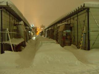 雪に埋まる仮設住宅