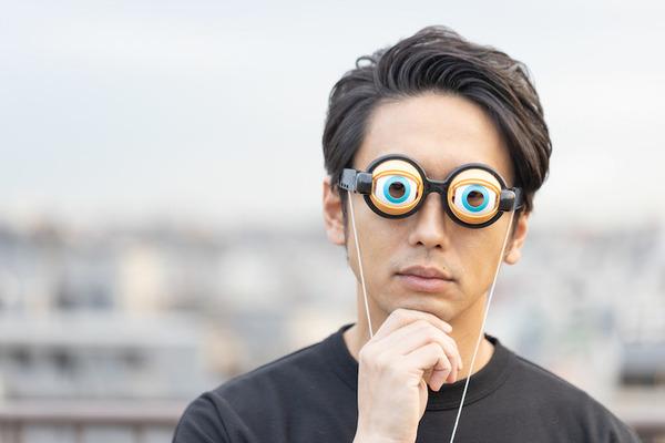目を見開いて考え込む大川竜弥さん