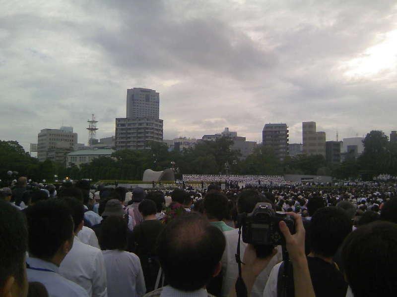 広島原爆投下時間、黙祷直前の献花です。