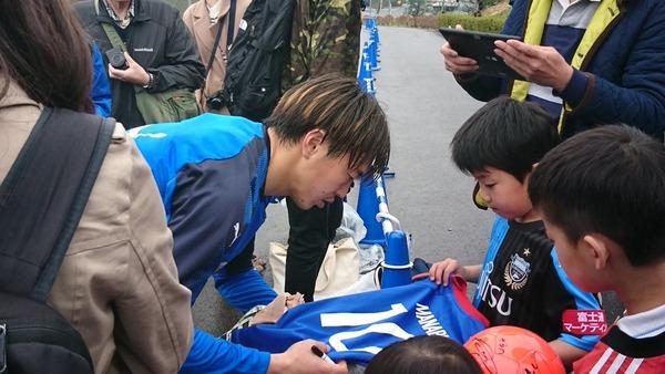 【画像】齋藤学さん、川崎ユニを着た子供からマリノスユニへのサインを頼まれる…復帰はマリノス戦が濃厚w