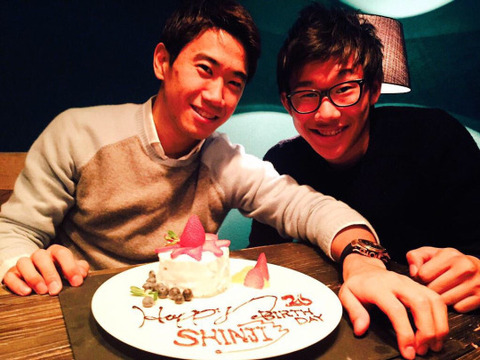 【画像】香川真司が誕生日ケーキを前に丸岡満とツーショット!