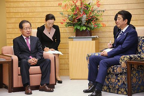 【くだらない】「椅子差別儀典」で知られた安倍首相、今回の韓国国家情報院長との会談では「椅子非礼」なし…なぜ?