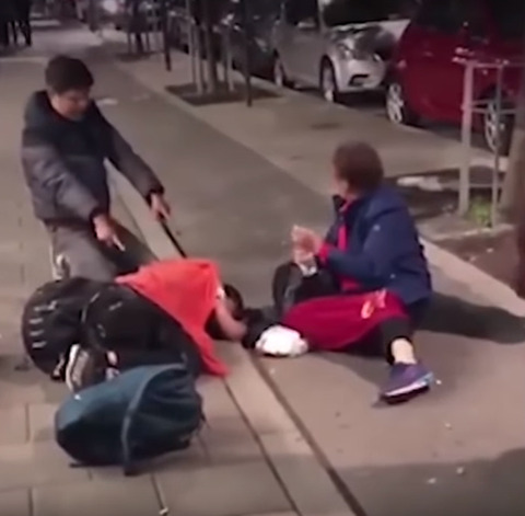 【中国】 暴力を受けた様に演技する親子~ルール無視の中国人観光客をスウェーデン警察が追い出し(動画)