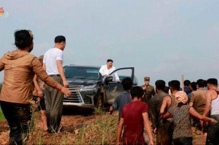 【北朝鮮レクサス】泥まみれの「レクサス」運転し黄海水害現場を直接訪れた金正恩