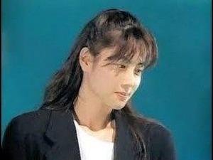 テレビ朝日で「負けないで」を歌う泉水さん