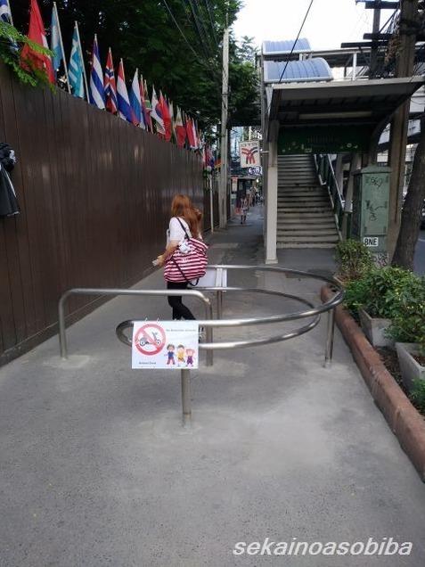 バンコクの歩道のバイク対策
