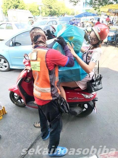 バイクの驚異的な乗り方