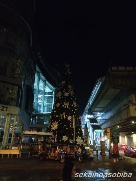 T21前のクリスマスツリー