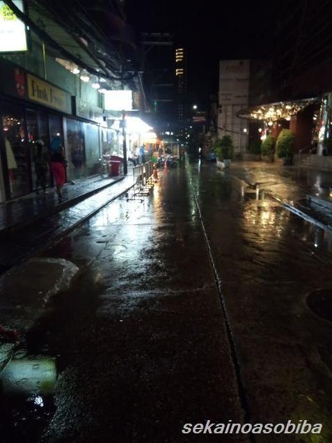 この時期なのにダラダラ雨が降っている