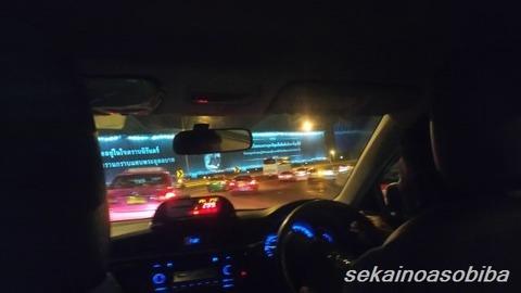スワンナプーム空港手前の高速の広告塔