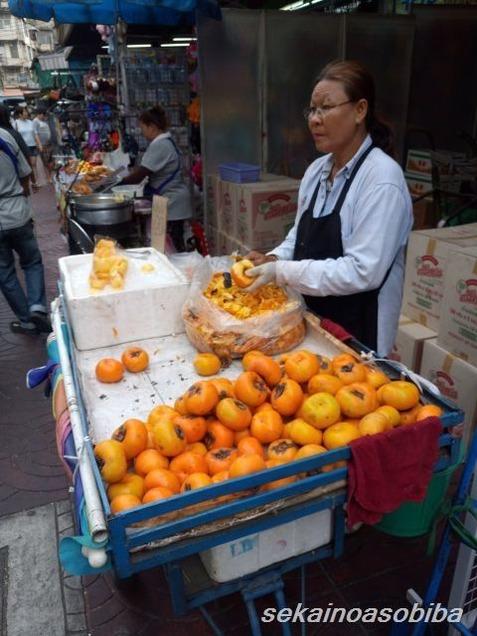 サンペーン市場の柿売り