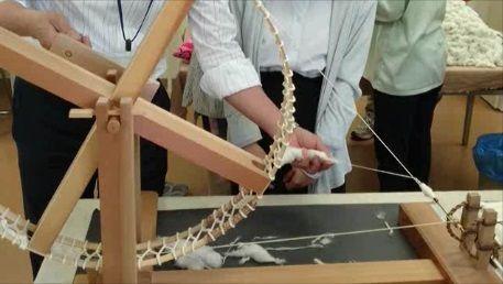 糸車で綿から糸を紡ぐ様子、ふるさと歴史学習館のスタッフさんが実演