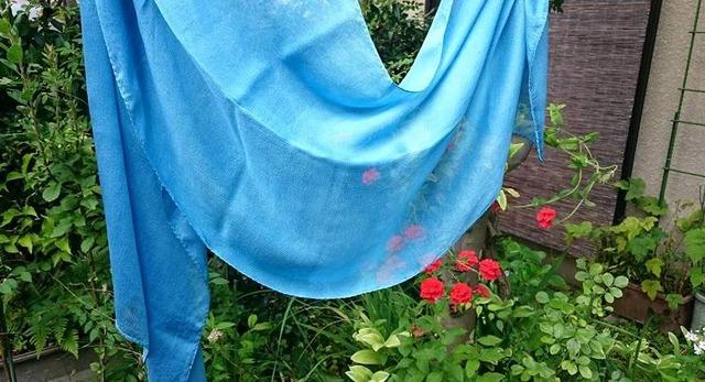 藍染めシルクストール、庭で撮影