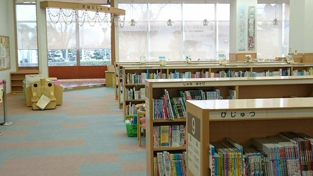 キッズコーナーの書架、河内長野図書館