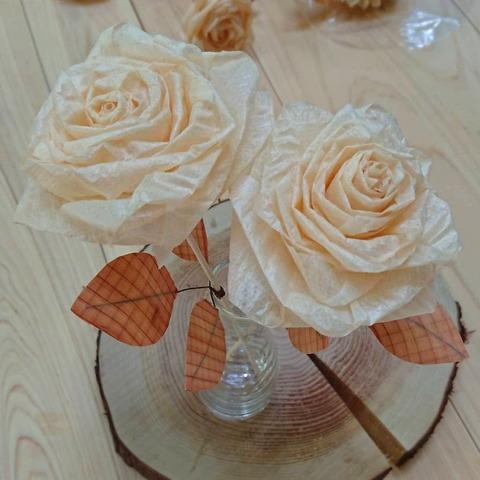かんなのバラ完成、2本を瓶にさして撮影
