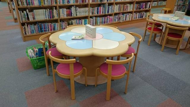 キッズコーナーの読書用テーブル、河内長野図書館にて