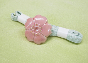 桜の花焼物帯留