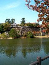 松江城と池