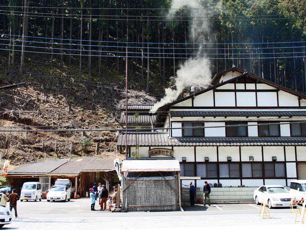 栃木市・いづるや(薪窯から煙が)