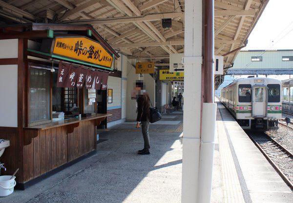 横川駅ホーム おぎのや 峠の釜めし