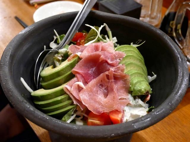 焼津・居酒屋にじいろ。生ハムとアボカドのサラダ