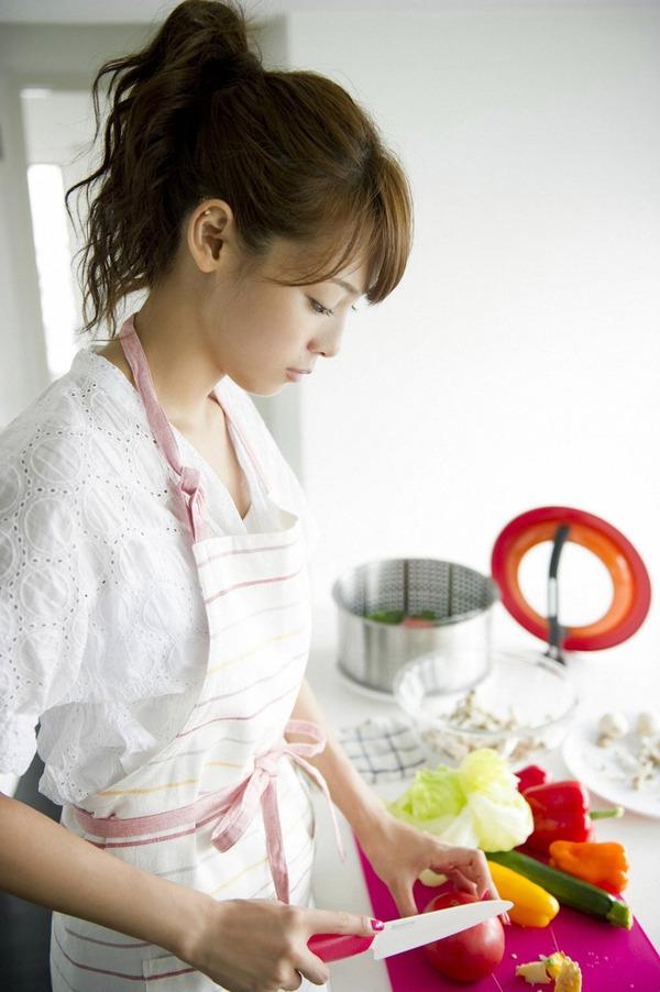 可愛いエプロンをつけて料理をする相武紗季