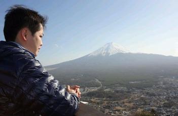 富士山を見つめる
